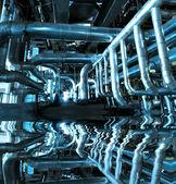 Zona industrial, tubulações de aço e equipamentos — Fotografia Stock