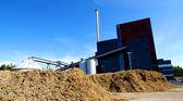 Usina bio com armazenamento de combustível de madeira contra o céu azul — Fotografia Stock