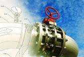 Zona industrial, tubulações de aço e válvulas contra o céu azul — Foto Stock