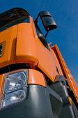 Voorkant van een vrachtwagen met blauwe hemel — Stockfoto