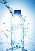 Stříkající vodě ze skla — Stock fotografie
