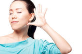 Jóvenes asiáticas están escuchando — Foto de Stock