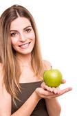 Retrato de una joven mujer comer manzana verde — Foto de Stock