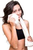 Femme en essuyant la sueur avec serviette — Photo