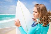 женщина серфер на пляже — Стоковое фото