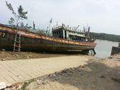 Old fisherman boat dry docking for repair purpose. — Stock Photo