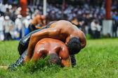 Two wrestlers oil wrestling Turkish yagli güres in Kirkpinar Edirne — Stock Photo