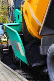 Truck dumping asphalt to running paving machine — Zdjęcie stockowe
