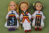 Geleneksel romen halk kostümler giymiş bebekler. — Stok fotoğraf
