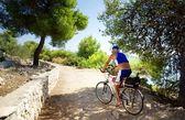 クロアチア海によってコストの道路に沿って乗って上級のサイクリスト — ストック写真