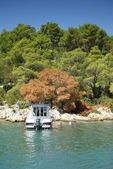 Small boat moored to the rocky coast of the sea bay, Croatia Dalmatia — Stok fotoğraf