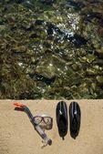 Sapatos nadando ou surfando e máscara de mergulho na praia — Foto Stock