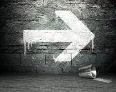 Graffiti duvar sokak arka plan ok işaretiyle — Stok fotoğraf
