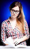 Genç kadın özenle öğrenme nerd gözlük ile sakin ol — Stok fotoğraf