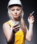 Telefone, cigarro e operário da construção civil mulher jovem arquiteto — Foto Stock
