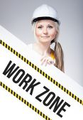 Arbete zon skylt placeras på informationstavla, arbetaren kvinna — Stockfoto