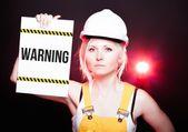 Panneau de signalisation placé sur le panneau d'information, travailleur femme — Photo
