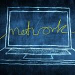 skiss netbook dator skärmen internet koncept med nätverket ord — Stockfoto