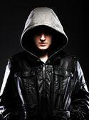 Strašidelné hooligan muž v kožené bundě s kapucí — Stock fotografie
