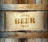 Stempel verse koud biertje label oude houten doos — Stockfoto