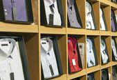 Camicia uomo elegante sugli scaffali, negozio di abbigliamento — Foto Stock