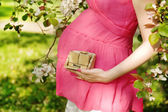Pregnant girl with a calendar — Stockfoto