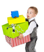 маленький мальчик держит подарки в руках. изолированные на белом фоне — Стоковое фото