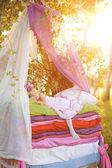 La niña duerme en una cama — Foto de Stock