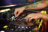 Dj mixa la pista in discoteca ad una festa — Foto Stock