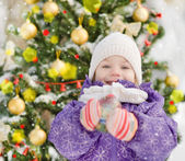 счастливая девушка возле украшенная елка — Стоковое фото