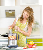 Pregnant woman using a juicer — Stock Photo