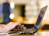 Handen te typen op notebook in college klasse — Stockfoto