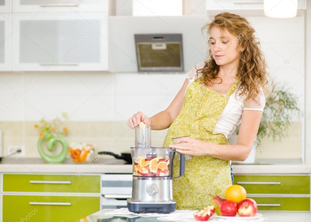 Фото беременной жены на кухне