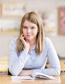 Joven estudiante en una biblioteca — Foto de Stock