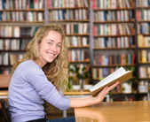 Female student in library. — Stock fotografie