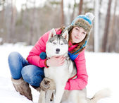 Retrato de una mujer joven y bonita con su mascota — Foto de Stock