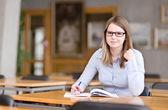 Jovem estudante em uma biblioteca — Foto Stock