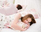 портрет расстроен молодой женщины, лежащую отдельно от мужа — Стоковое фото