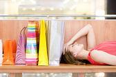 Femme reposante sur le banc à l'intérieur du centre commercial — Photo