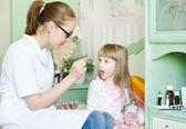 Kind ontvangende pil — Stockfoto