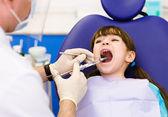 牙医举行一个注射器和麻醉用他的病人 — 图库照片