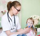 Doctor holding inhaler mask for kid breathing — 图库照片