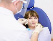 Close-up van meisje openen zijn mond wijd tijdens de inspectie — Stockfoto