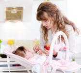Mutter füttern ihr baby-apfel-püree — Stockfoto