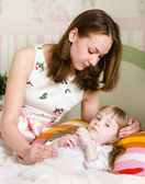 Madre abraza al niño enfermo — Foto de Stock