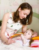 母亲拥抱这个生病的孩子 — 图库照片