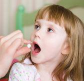 Dítě přijímající prášek - detail — Stock fotografie