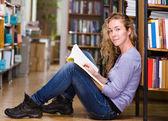 Kvinnlig student i biblioteket — Stockfoto