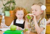 группа одноклассники обедают во время перерыва с акцентом на улыбается девушка с сэндвич — Стоковое фото