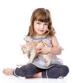 Little girl and a kitten in front. — Stockfoto